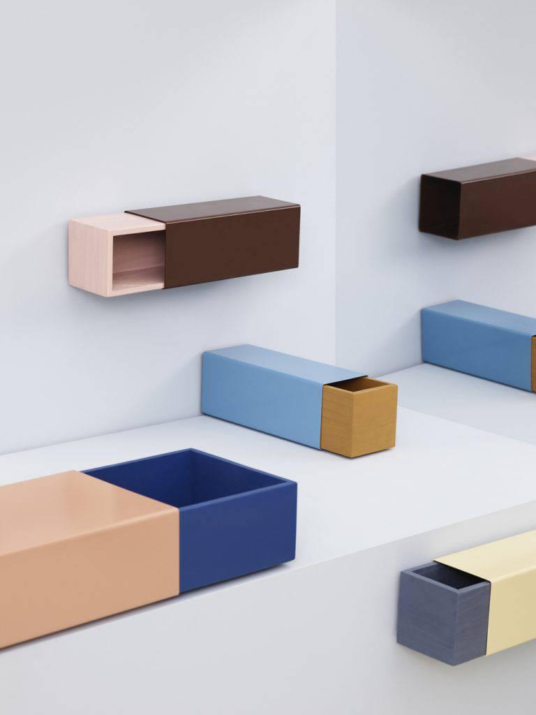 O mecanismo simples e funcional das caixas de fósforo conduziu Sara Polmar, designer da Matchbox, a criar esse sistema de móveis híbridos. Eles podem funcionar como prateleiras, empilhados e outras possibilidades.
