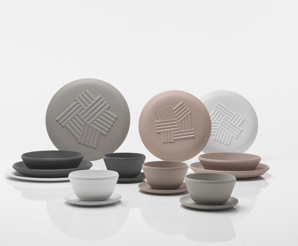 Linha Trama, de Patricia Urquiola para a Cartel. Pratos, copos, bowls e garrafas em plástico PMMA.