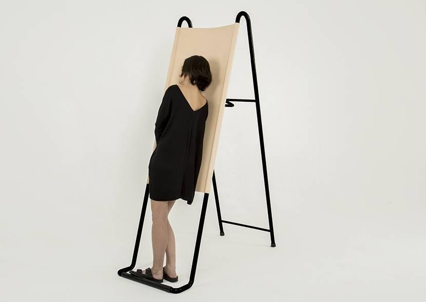 """Pierre-Emmanuel Vandeputte apresenta o Paradosso (paradoxo), que é uma cama para se dormir em pé. """"Perfeita para sonhar acordado"""", afirma o designer belga. Fabricado em couro e estrutura tubular."""
