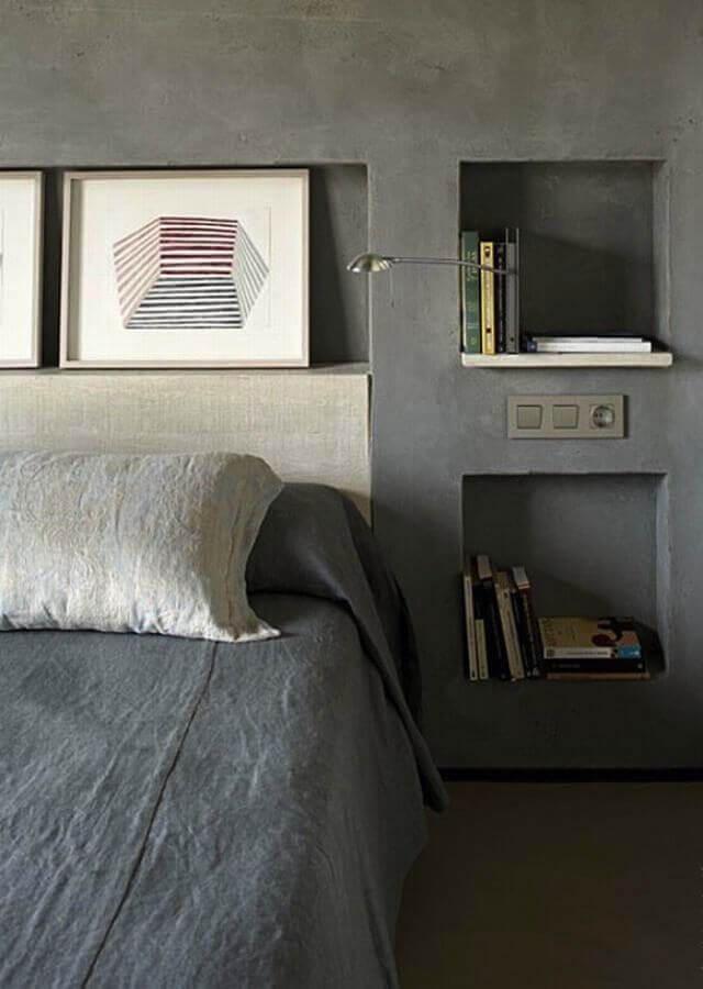 quarto com nichos embutidos e parede de cimento queimado