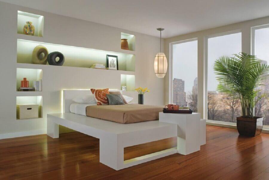 quarto clean com iluminação embutida nos nichos