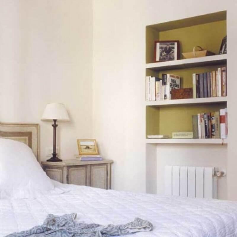 quarto com decoração clean e nichos embutidos na parede