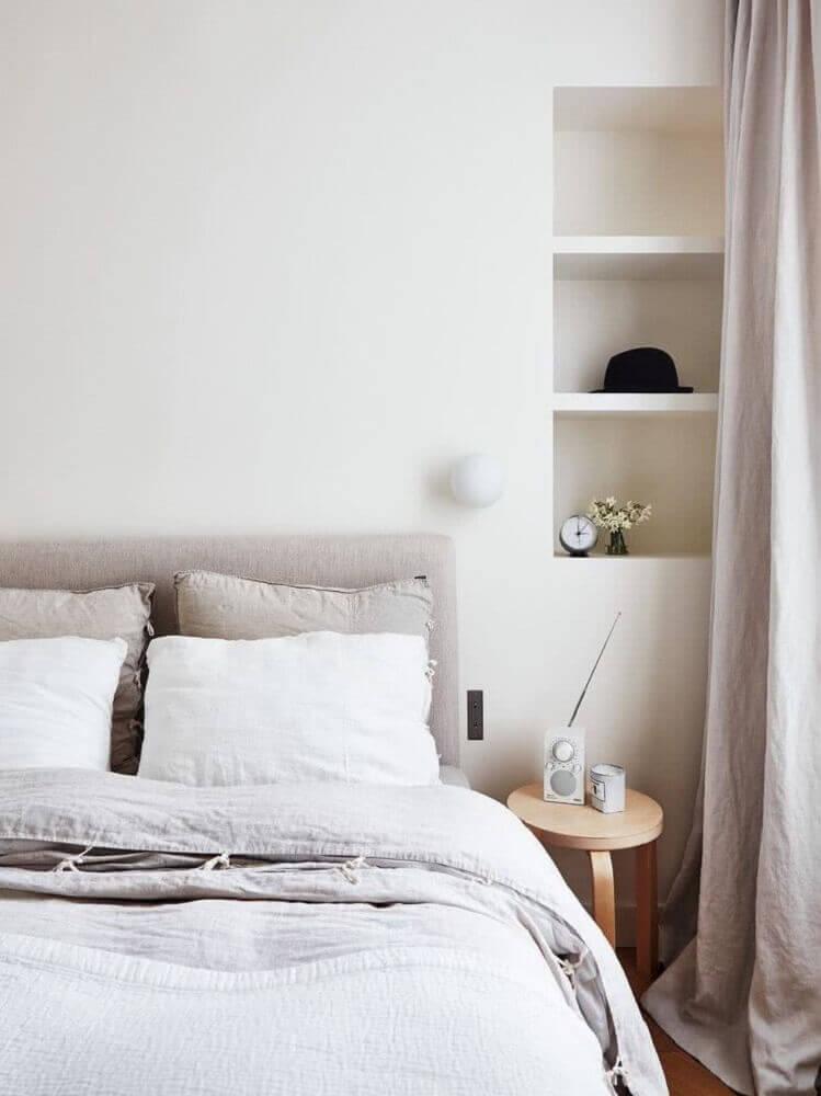 quarto minimalista com nichos embutidos na parede