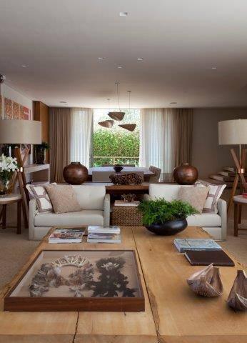 sala de estar com mobiliaria de madeira debora aguiar