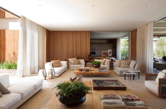 sala de estar com moveis de madeira