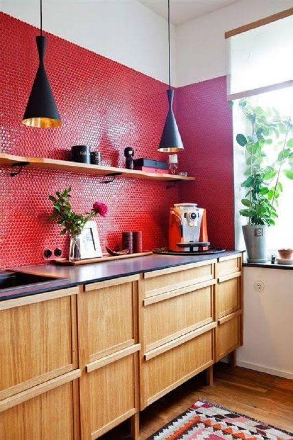 A tonalidade da madeira combinou perfeitamente com as pastilhas da cozinha vermelha