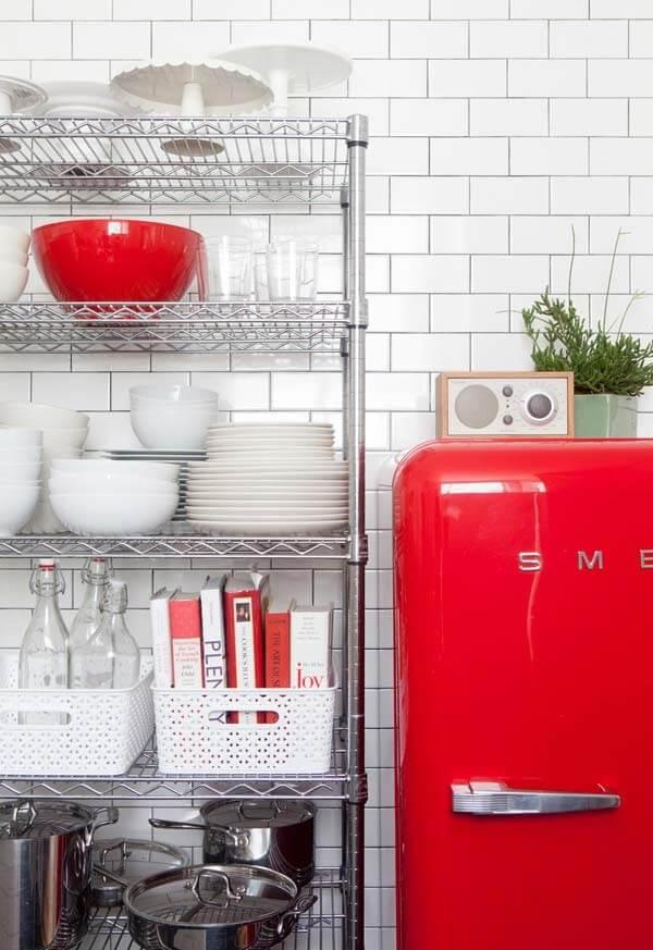 Acrescente o tom vermelho por meio de eletrodomésticos e itens pontuais
