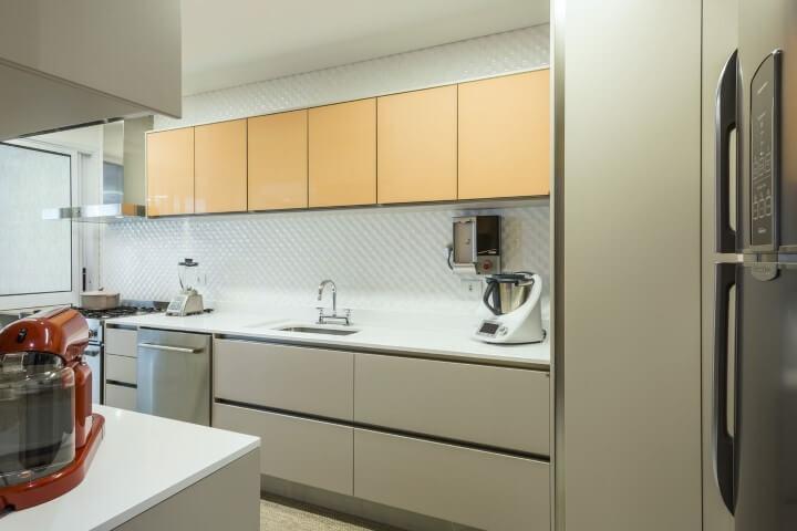 Armário de cozinha amarelo e branco Projeto de Arquiteta Petini