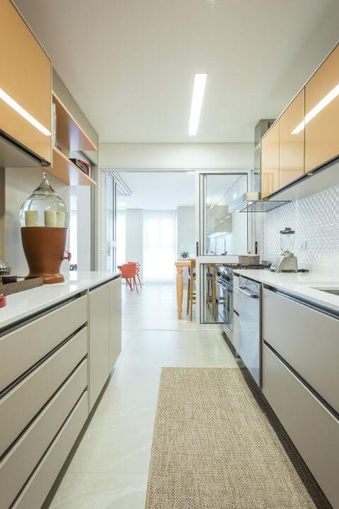 Armário de cozinha amarelo e branco Projeto de Arquiteta Petini1