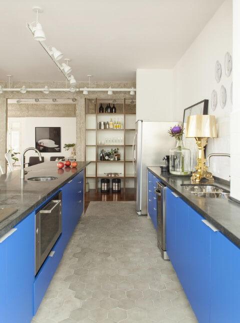 Armário de cozinha baixo com portas azuis Projeto de Maurício Arruda