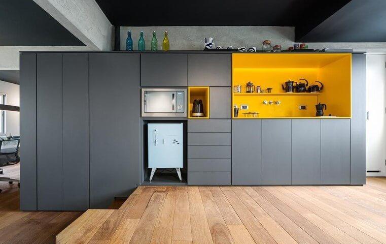 Armário de cozinha completo cinza com nichos amarelos Projeto de Stuchi e Leite