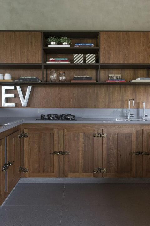 Armário de cozinha completo de madeira Projeto de Triplex Arquitetura