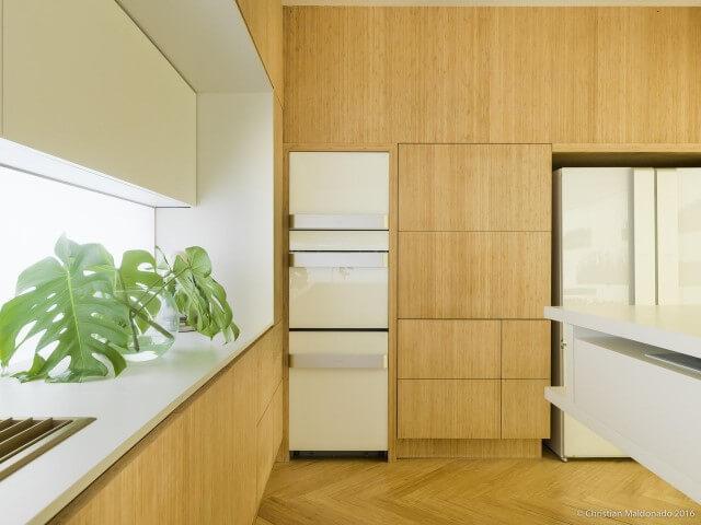 Armário de cozinha completo de madeira em todo o ambiente Projeto de Marília Pellegrini