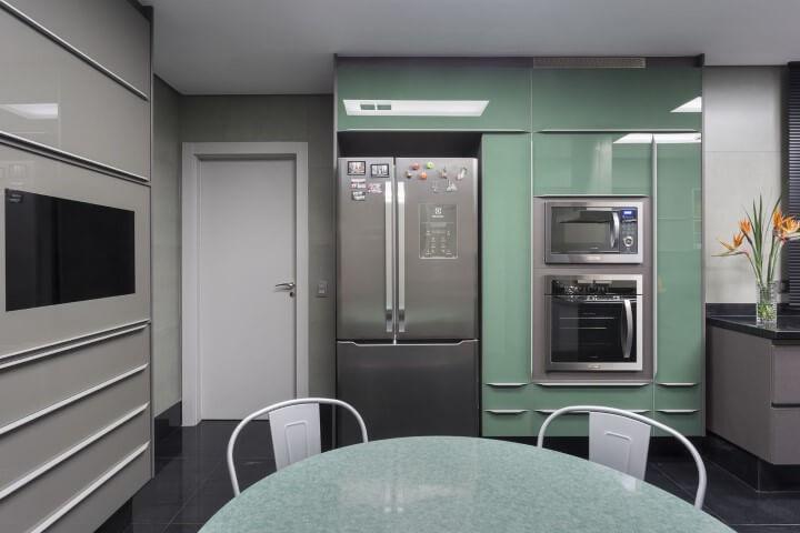 Armário de cozinha completo em tom de verde Projeto de Maria Luisa Mendes