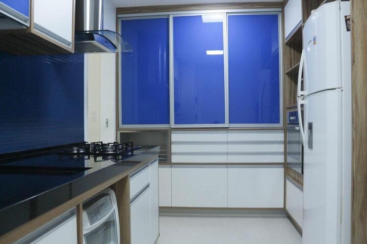 Armário de cozinha de parede azul e branco Projeto de Espaço AU