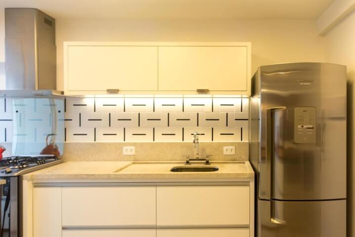 Armário de cozinha de parede branco Projeto de Tria Arquitetura