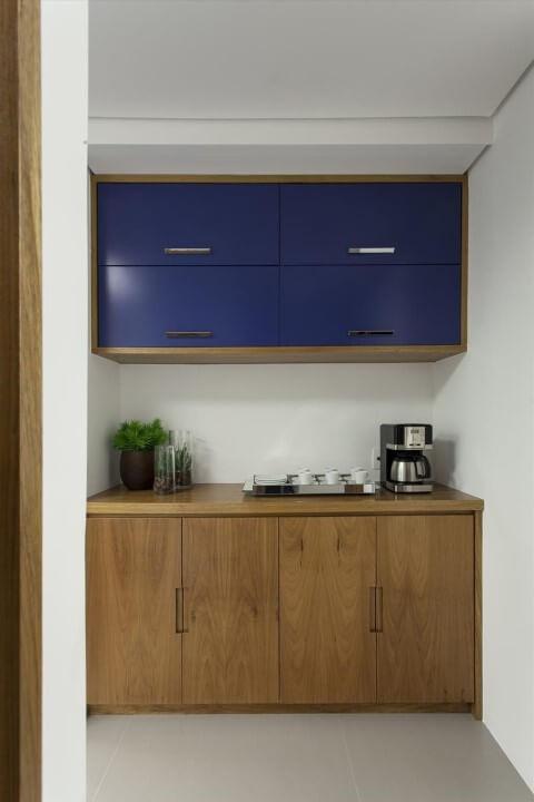 Armário de cozinha de parede feito de madeira com portas azuis Projeto de Ark2 Arquitetura