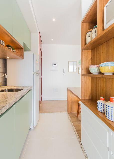 Armário de cozinha em formato de corredor verde claro Projeto de Duda Senna