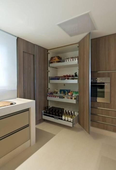 Armário de cozinha planejado com gavetas retráteis Projeto de Renata Basques