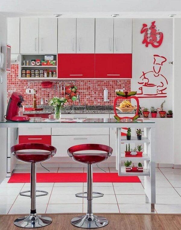 As banquetas trazem ainda mais estilo para essa cozinha vermelha