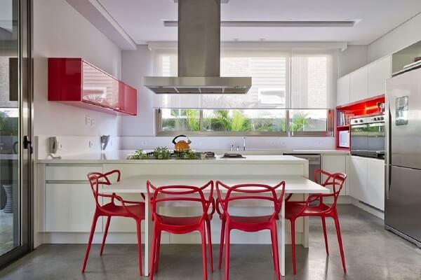 As cadeiras vermelhas trazem um toque de cor para a cozinha