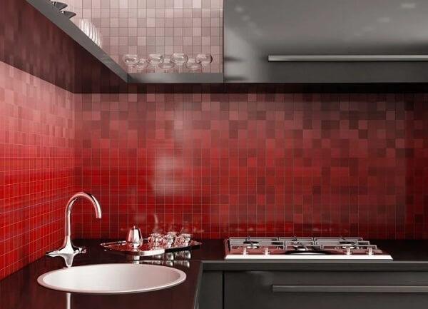 Azulejos da cozinha vermelha formam um degradê incrível na parede