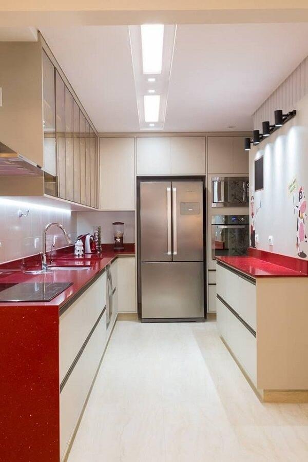 Bancada e pia vermelha decoram a cozinha