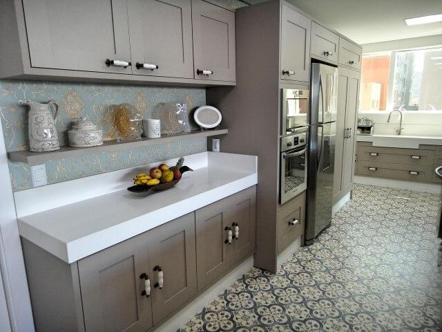 Cozinha americana com armário de cozinha cinza Projeto de Gabriela Herde
