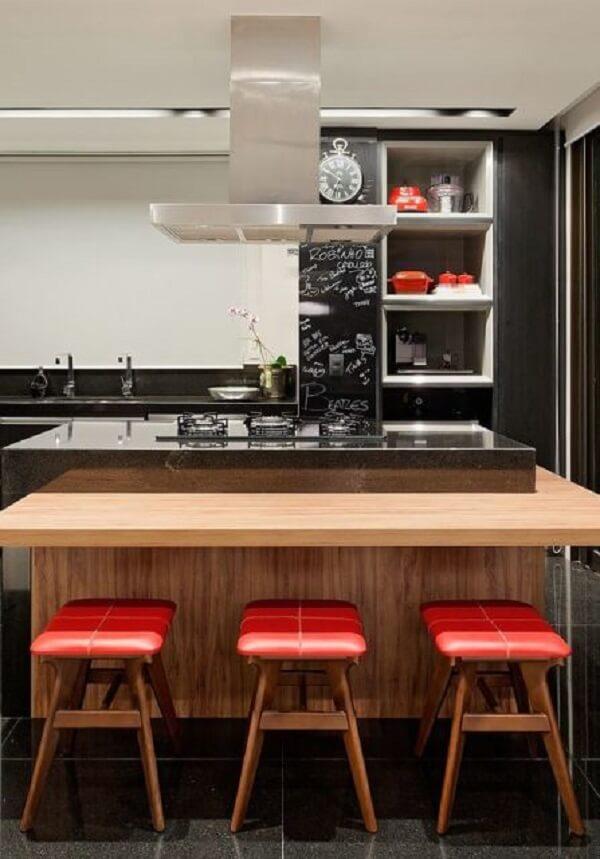 Cozinha com ilha e banquetas com estofado vermelho são puro estilo