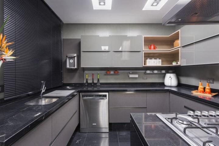 Cozinha escura com armário de cozinha de parede cinza Projeto de Maria Luisa Mendes