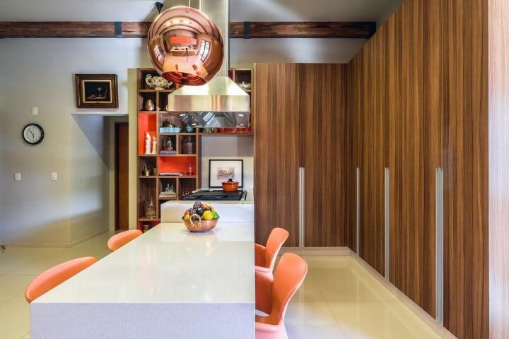 Cozinha gourmet com armário de cozinha completo feito de madeira Projeto de AMC Arquitetura