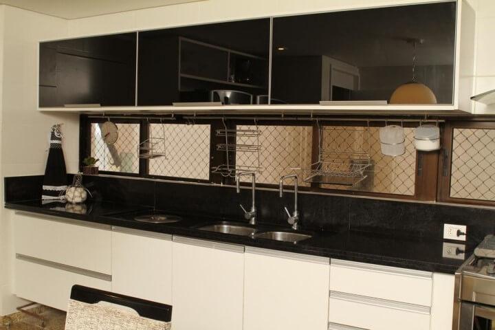 Cozinha planejada com armário de parede preto e branco Projeto de Célia Beatriz
