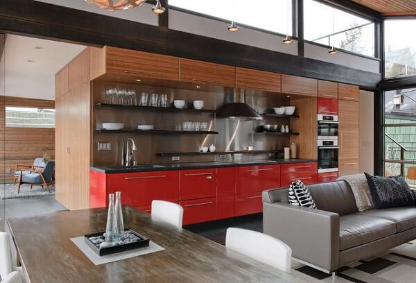 Cozinha vermelha para casa contemporânea
