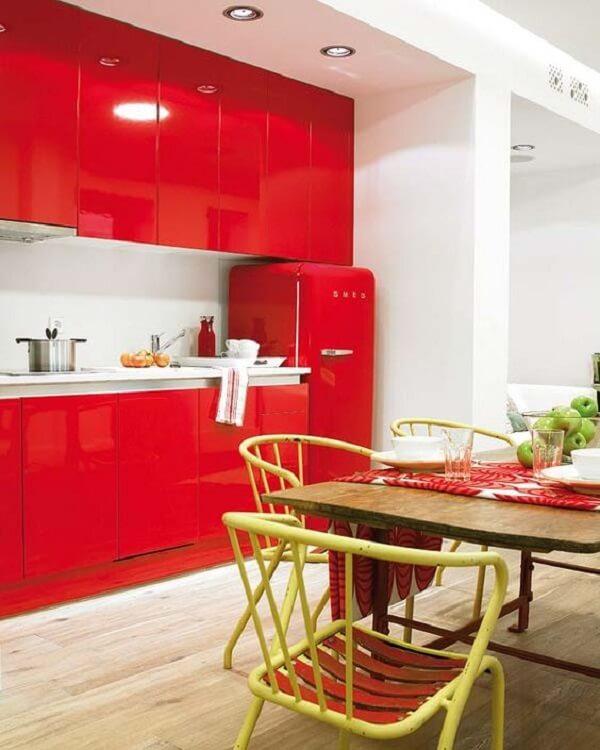 Geladeira e armários perfeitos complementam a decoração da cozinha vermelha