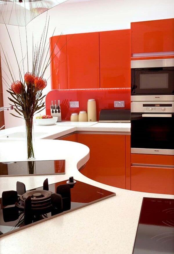 No projeto apenas uma parte dos armários recebe a cor vermelha