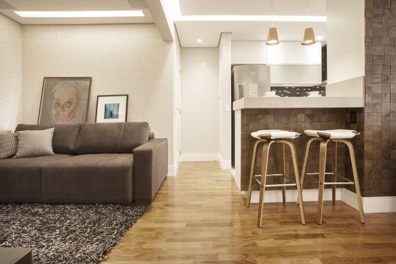 Sala integrada à cozinha americana com piso de madeira Projeto de Carolina Vilela