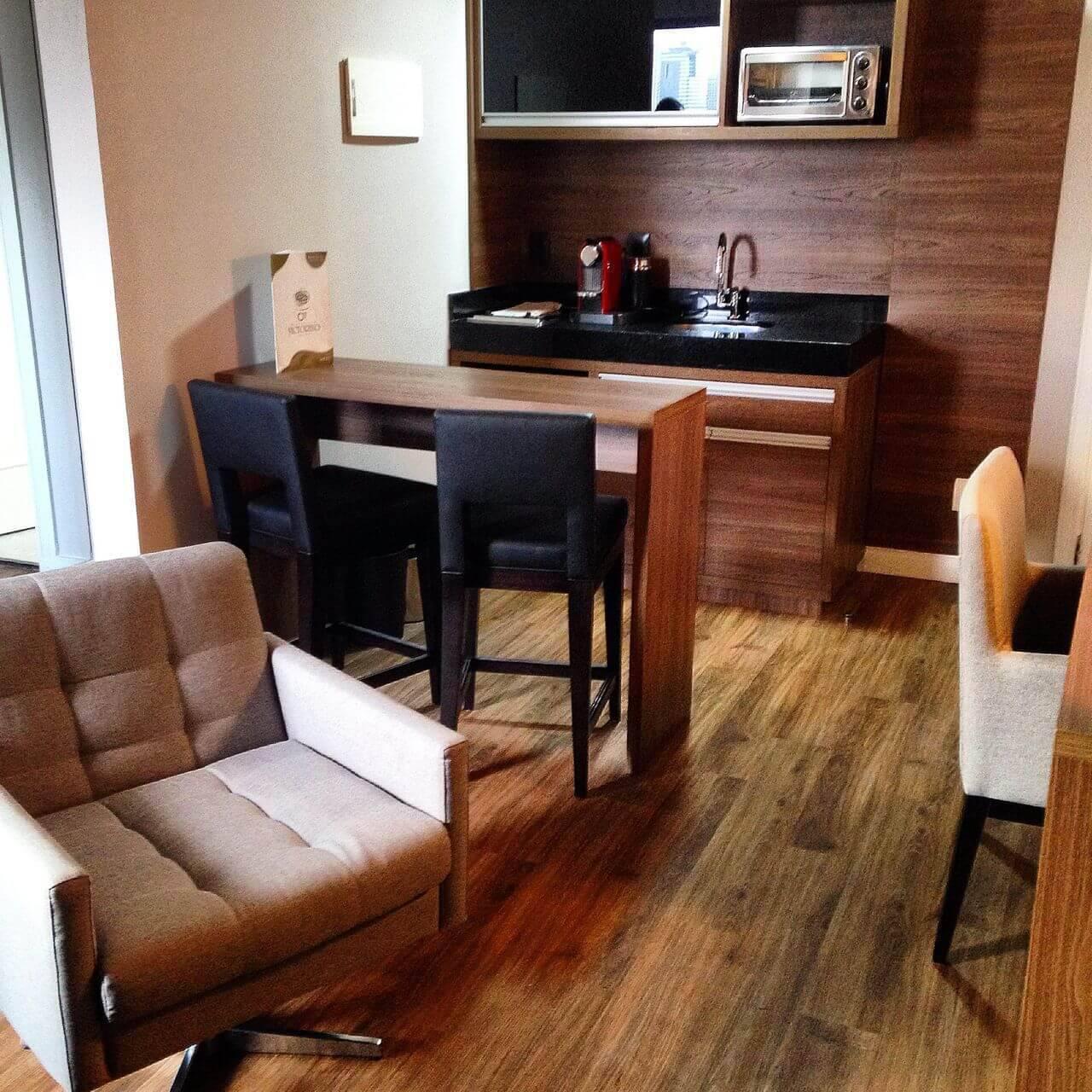 Sala integrada com piso de madeira estilo rústico Projeto de Iago Patucci