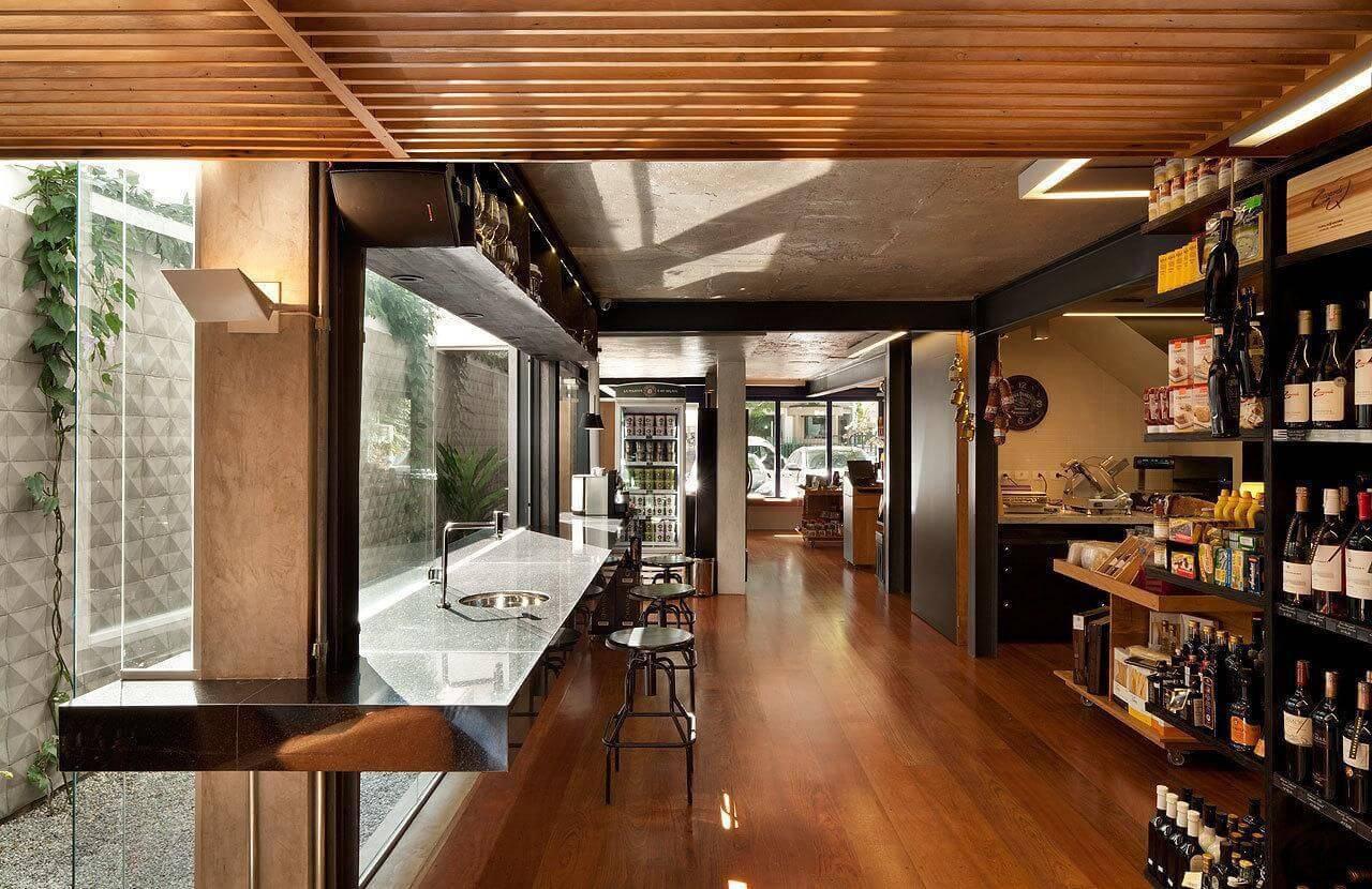 Loja com piso de madeira e decoração moderna Projeto de ODVO Arquitetura