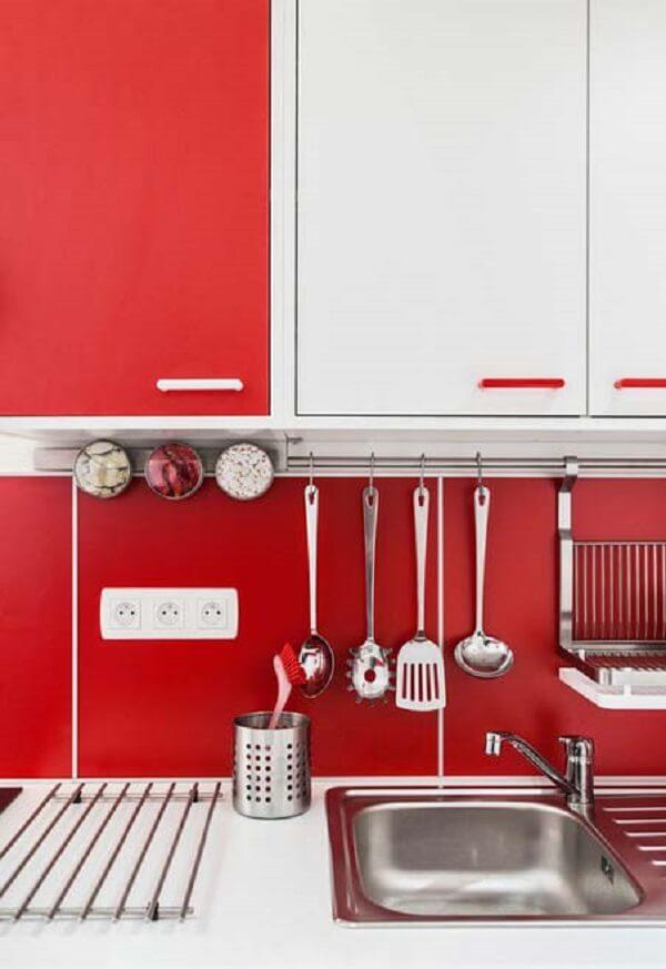 Projeto de cozinha vermelha mescla armários em tom branco