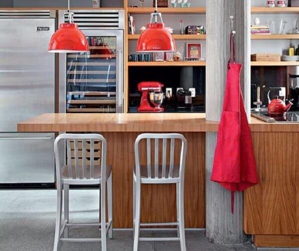 Utensílios de cozinha, panelas, pendentes e equipamentos vermelhos para a cozinha