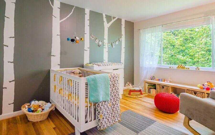adesivos para quarto de bebê com árvores brancas e puff vermelho redondo Foto Pequena Milla