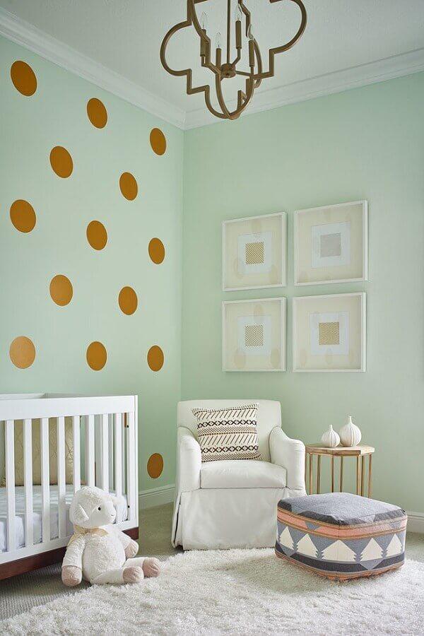 adesivos para quarto de bebê com parede verde com bolinhas douradas e berço branco Foto Giosel Morel