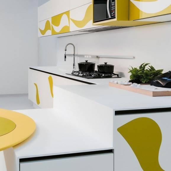 armário de cozinha branco e amarelo