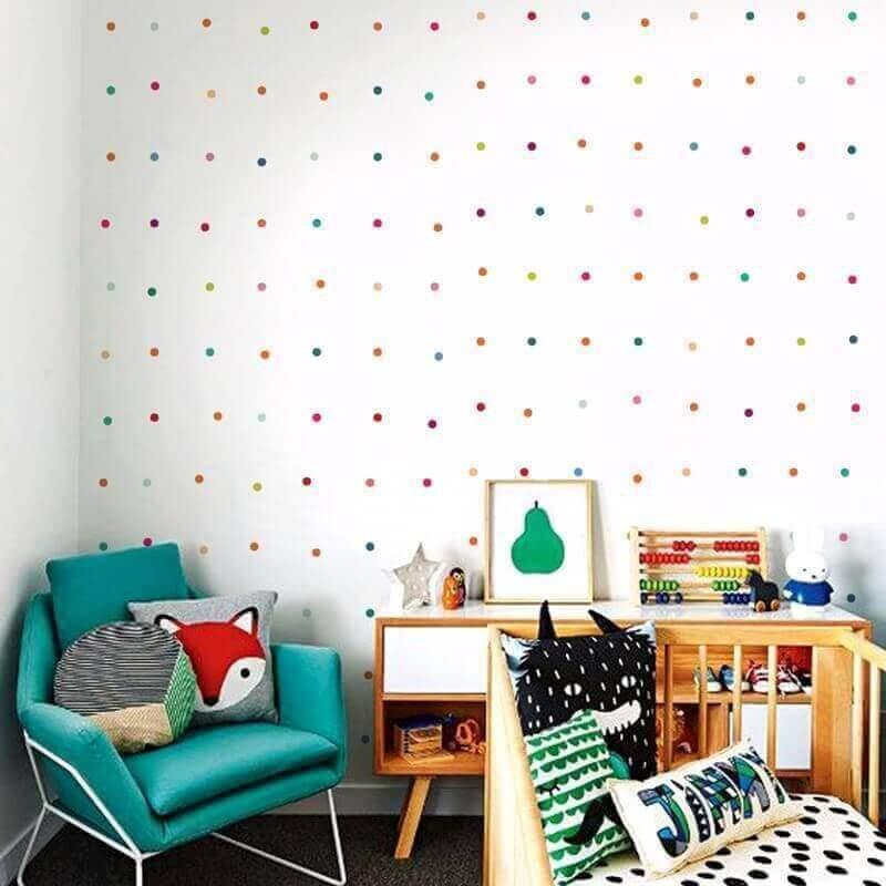 bolinhas coloridas de adesivos para quarto de bebê com poltrona azul turquesa Foto Pinterest