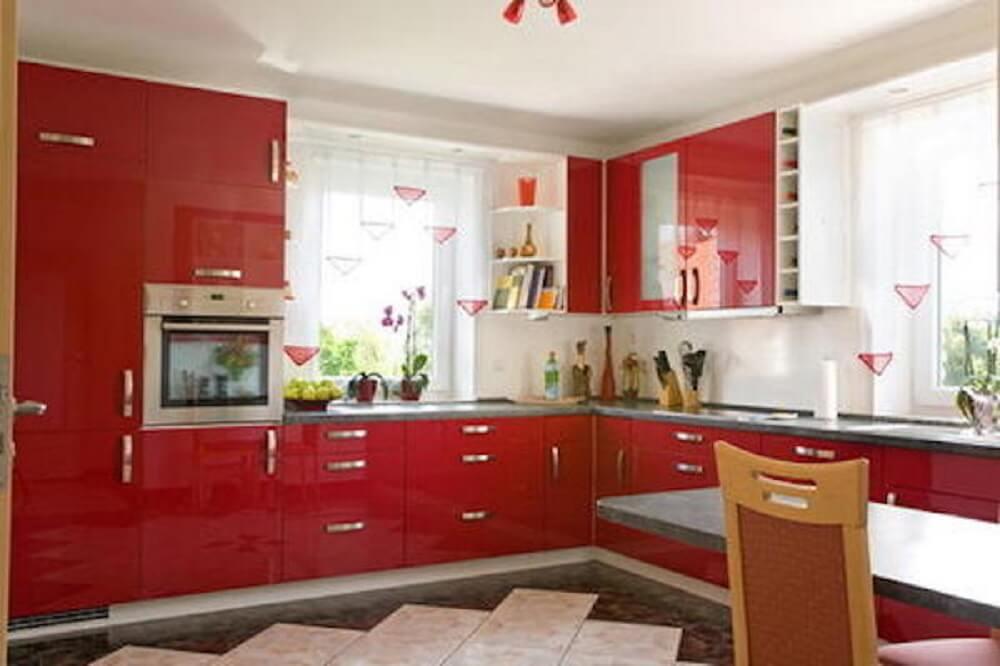 Cozinha com armários vermelhos.
