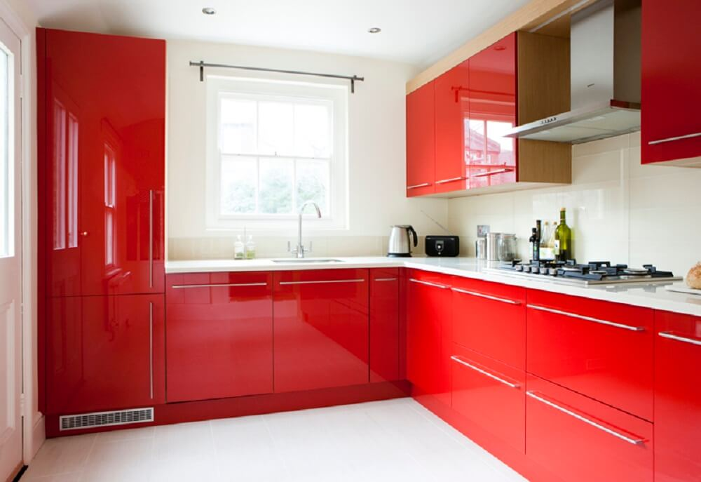 cozinha vermelha bem iluminada