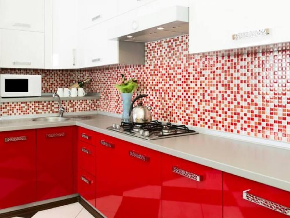 cozinha vermelha com pastilhas e armários