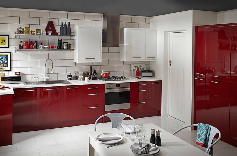 cozinha vermelha e branca com prateleiras