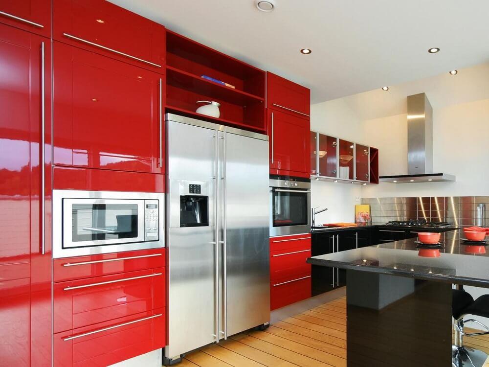 cozinha vermelha espaçosa