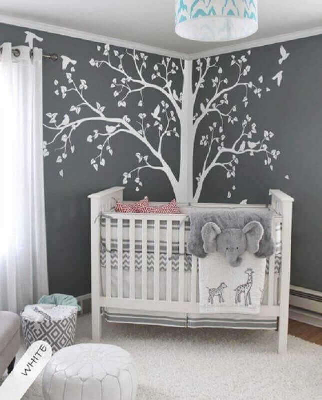 decoração cinza e branca com adesivos para quarto de bebê em formato de árvore Foto EllaSeal